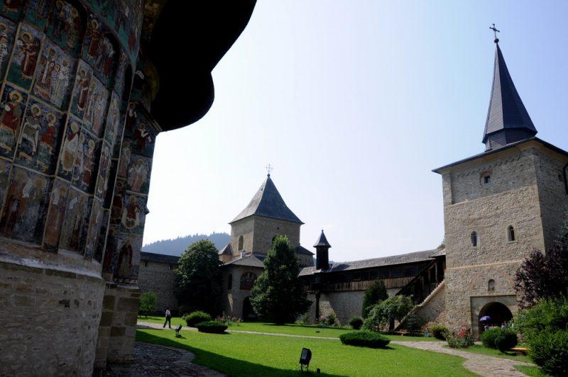 Mury obronne i wieże monastyru.