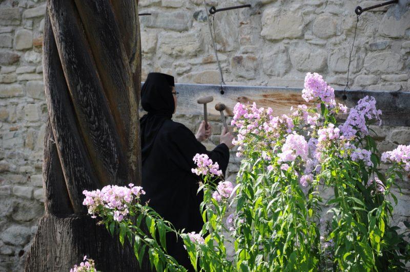Obstukiwanie dookoła cerkwi lub na jej murach to dość często spotykany rytuał malowanych klasztorów.