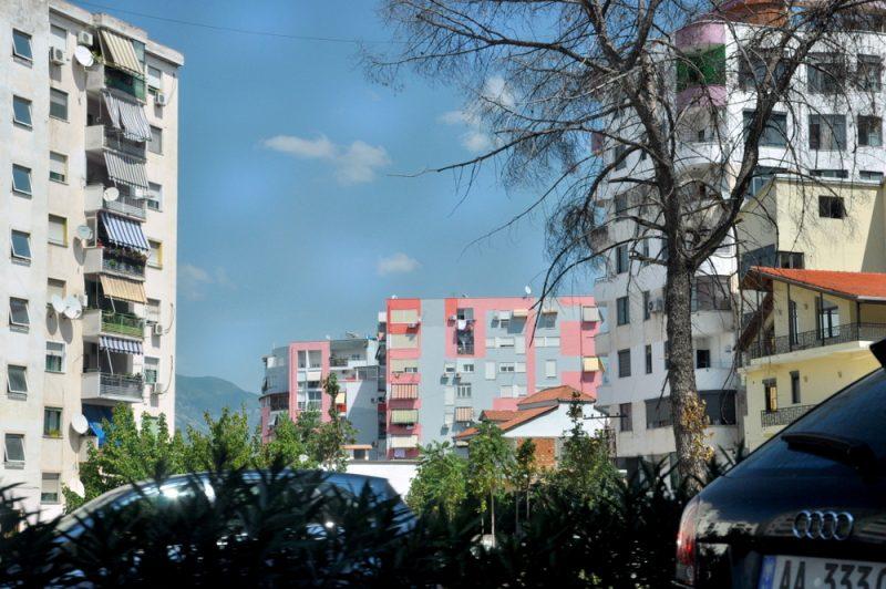 Współczesna Tirana ubarwia standardowe komunistyczne bloki, nadając im wymiar nowości i współczesności.