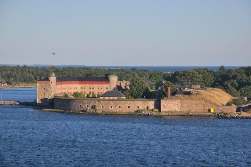 Kungsholms Fort - Twierdza Kungsholmen (1680r). Wg Szwedów: najdłuższej i nieprzerwanie obsadzona jednostka wojskowa w Europie! Nadal strzeże wejścia do cieśniny, nadal jest to teren wojskowy.