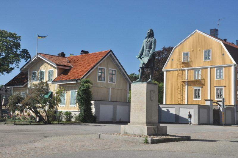 Królewskie Nabrzeże i pomnik Eryka Dahlberga, królewskiego fortyfikatora i autora planu Karlskrony.
