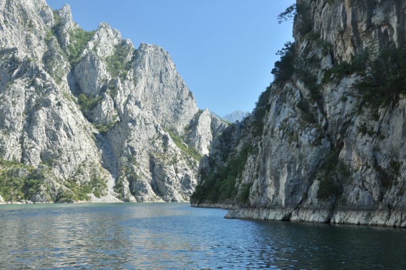 Spiętrzenie wód utworzyło malownicze i dzikie jezioro, otoczone skalistymi ścianami. Rzeczywiście klimat fiordów jest.