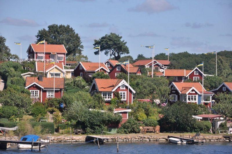 Typowa dla Szwecji czerwień faluńska i białe kanty. Charakterystyczny odcień farby pochodzi z czerwonego pigmentu z kopalni miedzi w Falun.