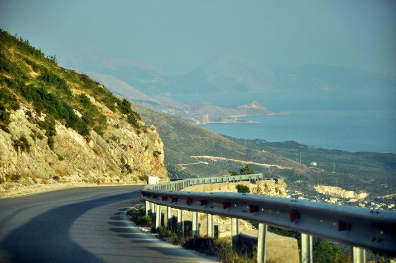 Zjazd z przełęczy prosto do Morza Jońskiego.