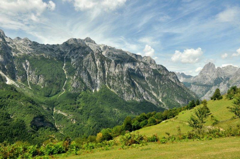 Ściany otaczające dolinę Valbony.