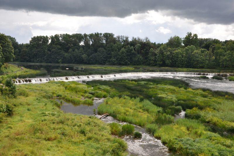 Ventas Rumba to najszerszy wodospad na Łotwie. 249 m szerokości i 2 m wysokości. Rzeka Windawa.