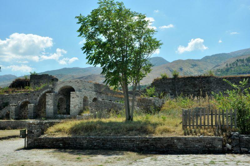 Fragmenty zabudowań na terenie twierdzy.