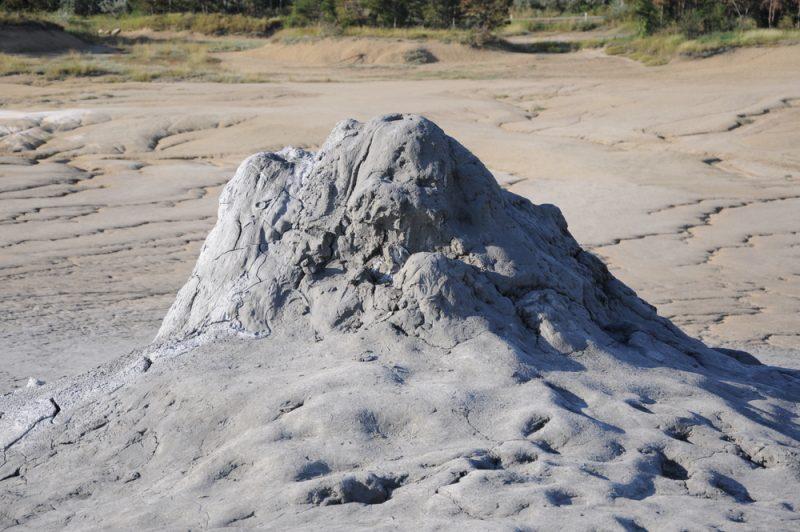 Błotne wulkany przyjmują różne kształty, ale w każdym coś się dzieje i każdy coś z siebie wypluwa.